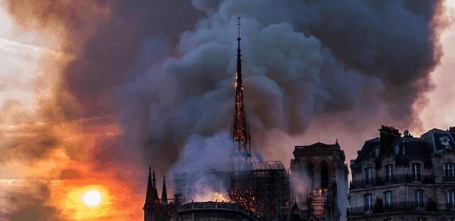 Columna de humo del incendio en Notre Dame